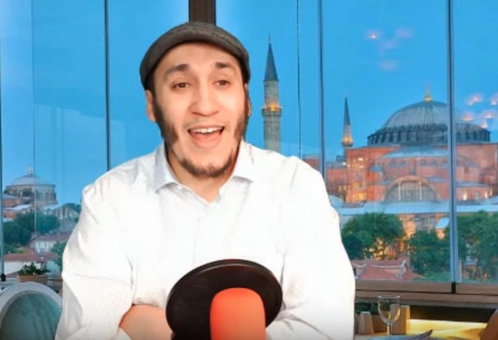 Mohamed Hajib est très présent sur les réseaux sociaux, principalement sur Facebook et sur YouTube, où ses nombreux «live» dans lesquels il jongle avec les faits et les sarcasmes, sans oublier un peu d'humour, sont visionnés par des dizaines de milliers de suiveurs (capture d'écran)